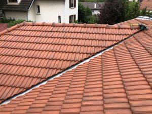 Pose de nouvelles tuiles sur une toiture neuve
